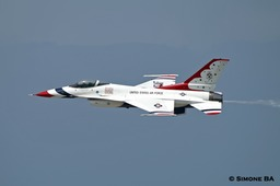 PICT0523crop_USAF_Thunderbirds_AVIANO_AFB_(Italy)_04.07.2007