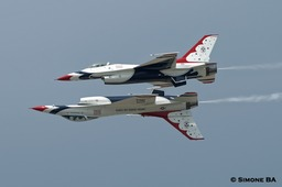 PICT0896crop_USAF_Thunderbirds_AVIANO_AFB_(Italy)_04.07.2007